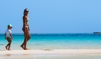 Caminando por la playa en Cabo Verde